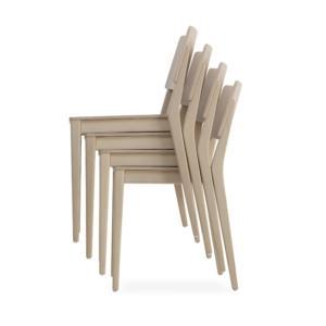 Rivisitazione in chiave contemporanea della classica sedia, Take di Billiani è costruita in solido faggio. È impilabile ed è proposta in due versioni con o senza la leggera imbottitura della seduta, in panno o in pelle nei colori  natural, grigio, rosso, nero. Prezzo da rivenditore. www.billiani.it