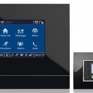 Il touch screen Mylos di ABB controlla tutti i dispositivi domestici. Il pannello di controllo è abbinato a un cronotermostato che gestisce la temperatura ma anche gli scenari; prezzo 1.362 euro. www.abb.it