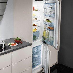 Il frigocongelatore combinato Door on Door da incasso SCS 91800F0 di Aeg in classe di efficienza energetica A+++ consuma 156 kWh/anno. Ha una capacità netta totale di 275 litri ed è dotato di funzione Coolmatic per il raffreddamento rapido. Misura L 55,6 x P 54,2 x H 176,8 cm. Prezzo 1.800 euro. www.aeg-electrolux.it