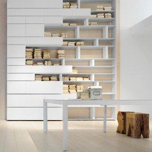 Line di Albed, struttura e divisori in alluminio verniciato bianco per la libreria componibile con vani chiusi da ante a ribalta. Nella misura L 243 x P 44,1 x H 280 cm. Prezzo 7.115 euro. www.albed.it
