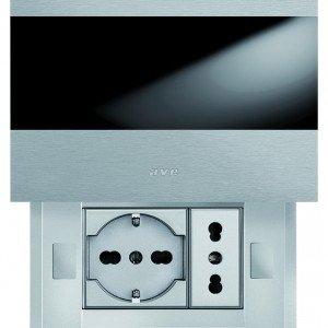 Le prese sono protette dalla placca Alluminia Touch presa di Ave, che ha sul retro un led di segnalazione. Ha finitura in alluminio anodizzato e spazzolato. www.ave.it