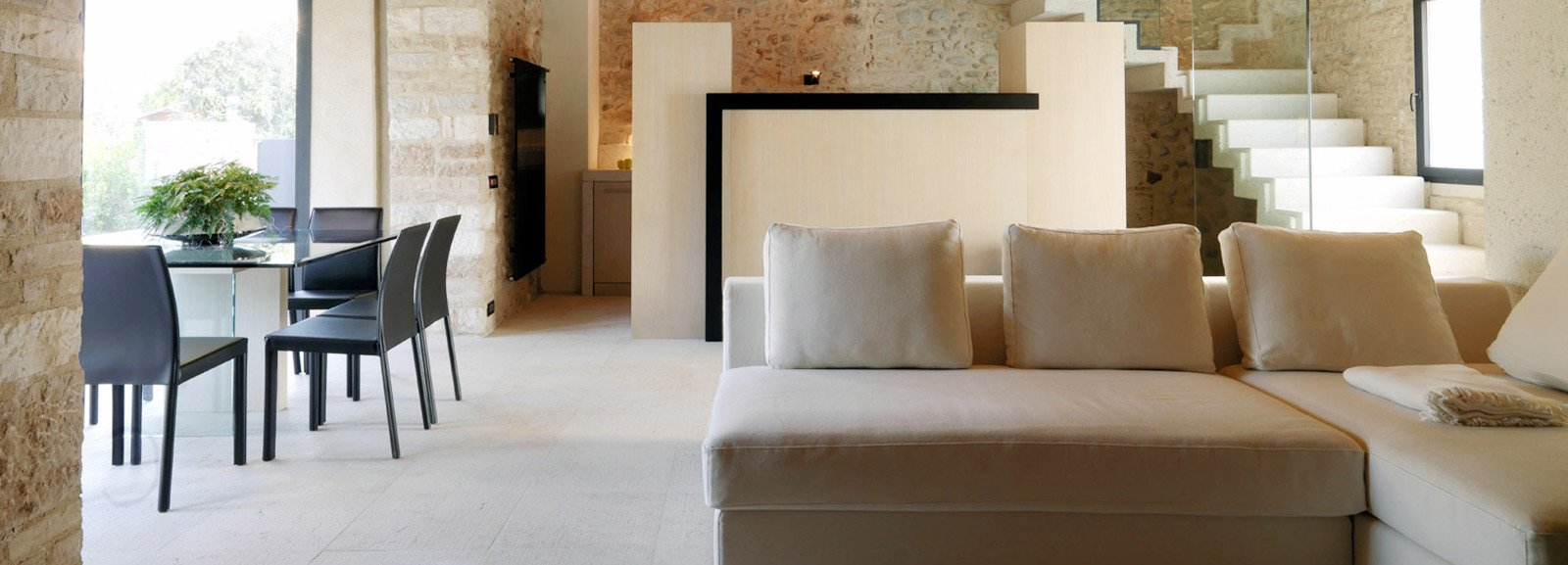 Arredamenti interni in pietra: camino in pietra serena.