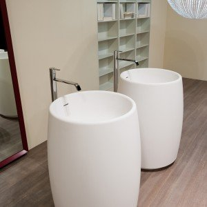 Barrel di Antoniolupi è il lavabo da terra in Cristalplant con scarico a pavimento, fornito di piletta, sifone e tubo flessibile. Misura Ø 60 x H 85 cm. Prezzo da rivenditore. www.antoniolupi.it