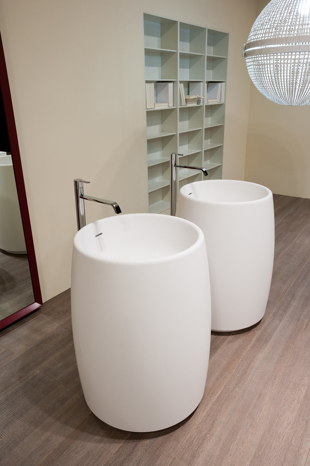 barrel di antoniolupi il lavabo da terra in cristalplant con scarico a pavimento fornito