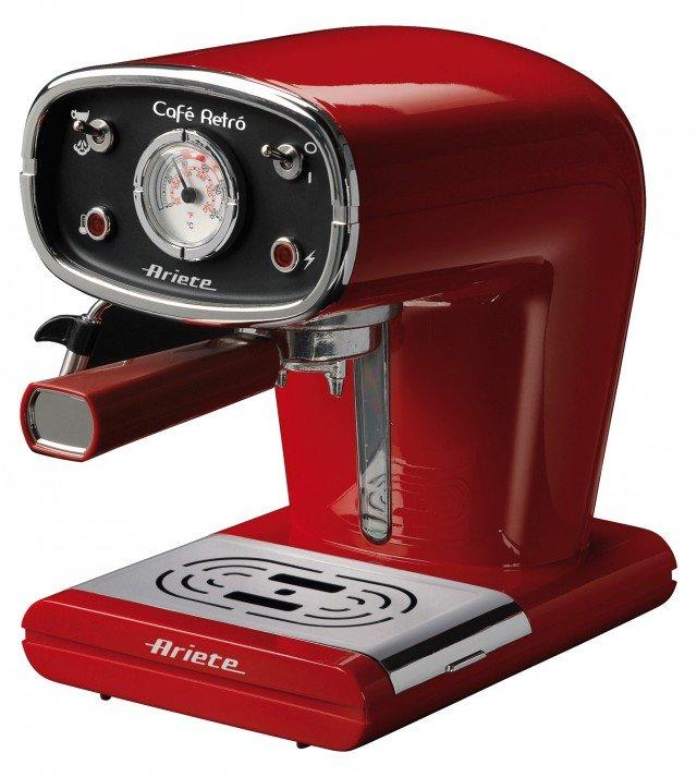 Dal design vintage, Cafè Retrò Mod. 1388 di Ariete assicura un caffè buono come al bar, sia con cialde sia con il caffè macinato grazie al portafiltro bivalente. Facile da utilizzare grazie al pratico serbatoio che permette di vedere facilmente il livello dell'acqua, ha potenza di 900 watt. Prezzo 119 euro. www.ariete.net