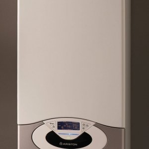Genus Premium 30 FF di Ariston è la caldaia a condensazione è in grado di autoregolarsi in base alle condizioni esterne. Ha potenza di 30 kW. Misura L 44 x P 38,5 x H 77 cm. Prezzo 3.371,78 euro. www. ariston.com