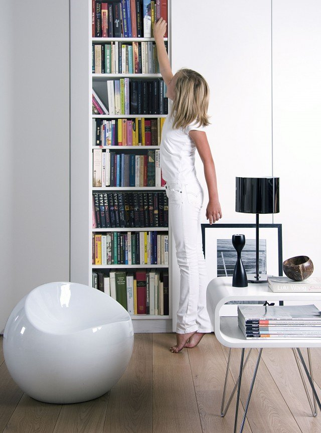 Il puff Ball Chair di XL Bloom è disponibile in bianco o nero e in una vasta gamma di fantasie e colori. Grazie alle linee morbide essenziali e contemporanee, consente è adatta a qualsiasi ambiente sia in interni che esterni. Estremamente funzionale, è anche resistente e molto leggero: si può trasportare comodamente dal salotto alla terrazza. Prodotto con ABS riciclato, è rivestito con una lacca opaca di qualità superiore (resistente agli UV). Misura Ø 50xH50 cm. Prezzo 170 euro. Acquistabile su www.mohd.it