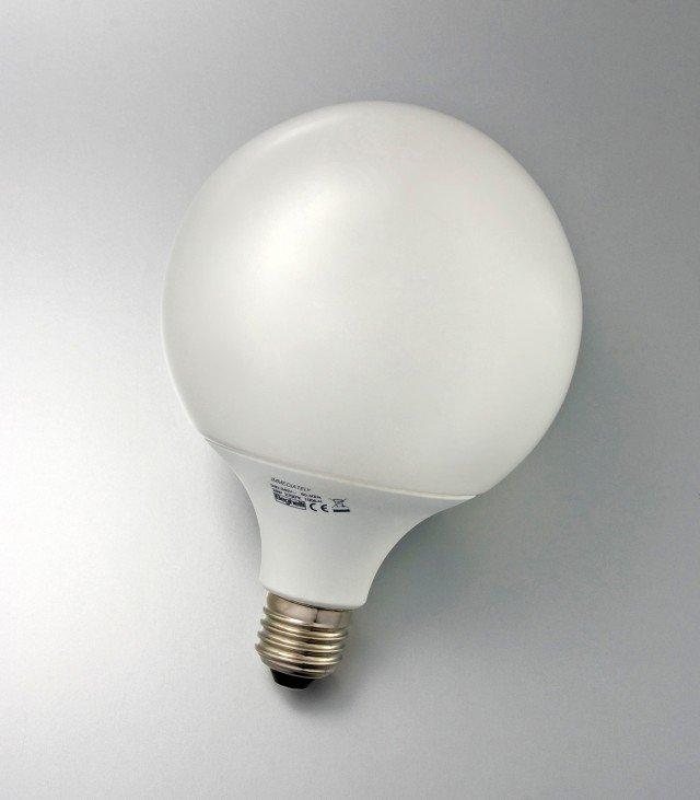 Offre subito piena luce la lampadina Immediately Dual Globo di Beghelli (www.beghelli.it) formata da un'alogena e da tubi fluorescenti combinati. Prezzo 18,90 euro