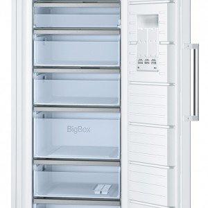 """Ha una capacità di 323 litri il congelatore verticale GSN54AW30 di Bosch in classe di efficienza energetica A++ con temperatura visualizzata attraverso il display. È dotato di cinque cassetti trasparenti, di cui uno di dimensioni maggiori, e di due scomparti a ribalta. Ha sistema multiplo di allarme e segnale acustico """"porta aperta"""". Misura L 70 x P 78 x H 176 cm. Prezzo 1.119 euro. www.bosch-home.com"""