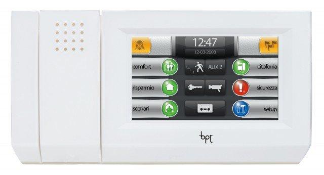 Il terminale interattivo a colori Mitho Plus di Bpt si connette con il sistema domotico e con l'impianto antintrusione. La navigazione è semplice e intuitiva; ogni funzione è associata a un colore; prezzo 1.078 euro. www.bpt.it