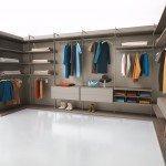 Dressing Room di Caccaro ha struttura autoportante, quindi può stare anche a centro stanza. Lo schienale con spessore di 1,8 cm dà il giusto sostegno, mentre i montanti in metallo (misura: 1,5 x 6 cm), altezza al centimetro razionalizzano lo spazio. Numerose le finiture su cui giocare, anche in contrasto. La cabina è disponibile con moduli di differenti dimensioni: larghezze 73,1/98,3/123,5/148,7 cm; profondità 50,4 cm; altezza al centimetro fino a 290 cm. Un elemento nella versione base: esclusa Iva, prezzo 327 euro. www.caccaro.com