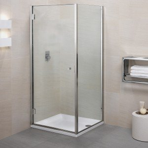 Il box doccia Bithia di Calibe ha la porta a battente e un lato fisso. Prezzo nella versione 80 x 80 cm, Iva esclusa, 1.200 euro. www.calibe.it