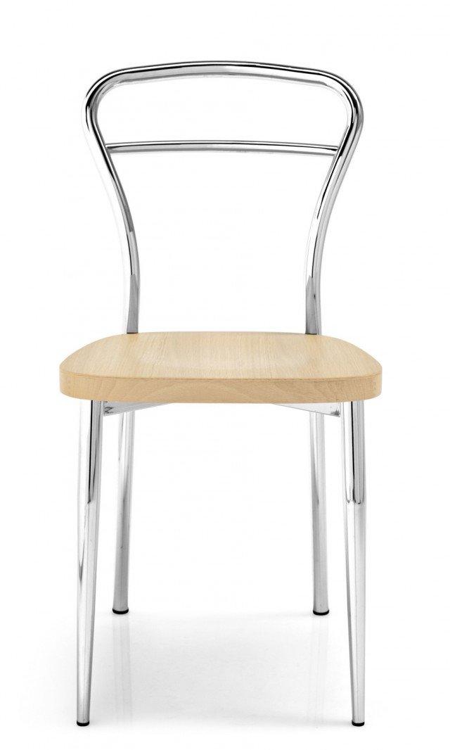 IN SOGGIORNO E IN CUCINA. Linee semplici per la sedia Diva di Calligaris. Un'ottima soluzione per arredare cucina o sala da pranzo data dalla sua versatilità che sfrutta la possibilità di scegliere il sedile tra 18 finiture, dal filato di mais al multistrato, dal rovere al faggio. La forma arrotondata dello schienale in metallo cromato la rende contemponanea nella linea e leggera negli spostamenti. Misura L41xP48xH82 cm. Prezzo 98 Euro. www.calligaris.it