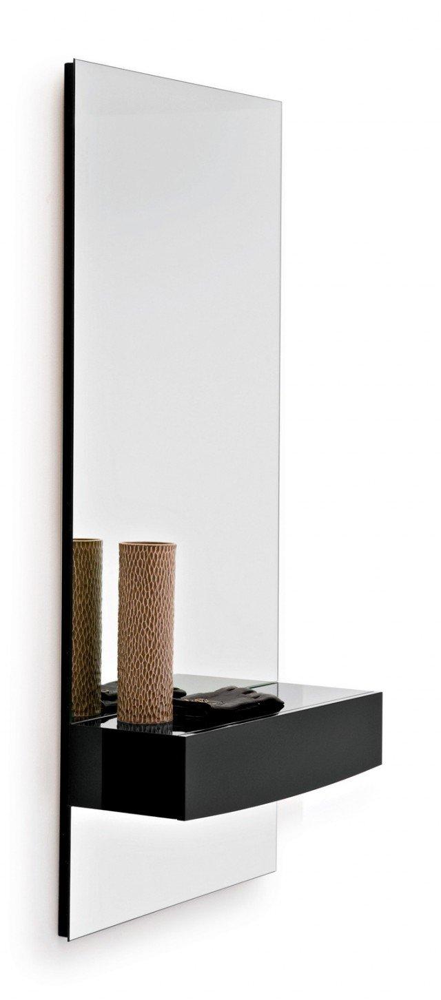 Rettangolare, lo specchio è dotato di un piano d'appoggio con cassetto; misura L 60 x P 22,5 x H 130 cm e costa 415 euro Morgan di Calligaris