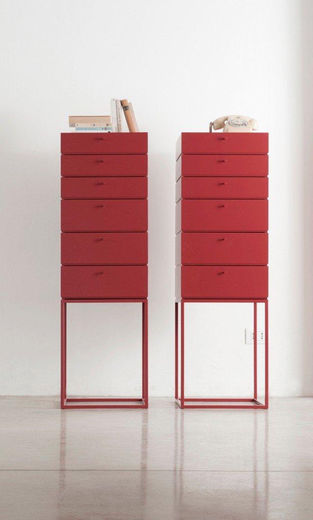 Il mobiletto multifunzione in legno laccato opaco ha cassetti con interno in DuPont™ Corian®; misura L 40 x P 40 x H 127 cm; prezzo su richiesta. Box di Capo d'Opera