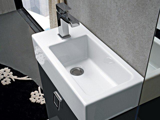 Play di Cerasa è il lavabo in ceramica appoggiato su una base che misura L 49 x P 25 x H 48 cm. Prezzo 557 euro. www.cerasa.it