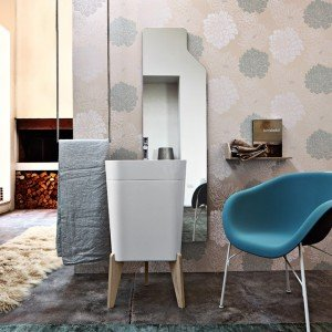 Smart della collezione Free di Cerasa è il lavabo in marmo resina bianca, opaca o lucida, con sostegni in legno. Misura L 50 x P 42 x H 64,5/91 cm. Prezzo senza piedini 1.163 euro. www.cerasa.it