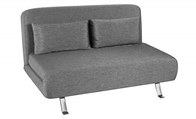 Prezzo 399 euro - Chelsea di Coin. Aperto, si trasforma in un letto a una piazza e mezzo il divano rivestito in tessuto sfoderabile; ha piedini in metallo cromato e misura L 132 x P 90 x H 78 cm. www.coin.it