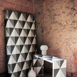 La carta da parati Apex collezione Geometric di Cole & Son è in tessuto non tessuto a effetto tridimensionale. Rotolo da 10 m, alto 52 cm, prezzo 120 euro. www.bbdistribuzione.it