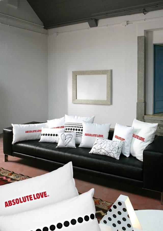 Absolute Love  è il cuscino di Creativando realizzato in cotone bianco 100% stampato su entrambi i lati. Misura L 80 x H 40 cm. Prezzo 34 euro. www.creativando.it