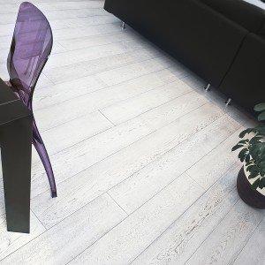 Il parquet prefinito in rovere sbiancato di Cristiani Pavimenti è composto da tavole prelevigate dello spessore di 15 mm, di cui 4 di legno nobile. Misura 18,9 x 180 cm. Prezzo Iva esclusa, al mq: 58 euro. www.cristiani.it