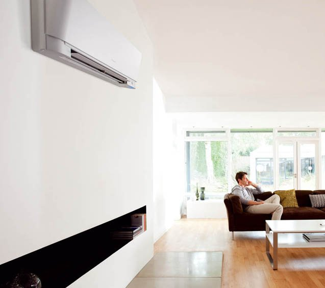 Si caratterizza anche per la cura nel design il climatizzatore monosplit inverter Emura di Daikin in classe di efficienza energetica A sia per il raffrescamento sia per il riscaldamento. Dispone di funzione Comfort, sensore di movimento, filtro fotocatalitico all'apatite di titanio, funzione Econo che riduce la potenza assorbita. Misura L 29,5 x P 15,5 x H 91,5 cm. Prezzo con pannello bianco 1.400 euro. www.daikin.it