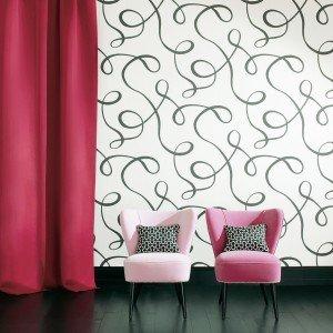 La carta da parati Brio di Dedar ha un disegno leggero, sinuoso e grafico, che si ispira alla haute-couture anni '50. Ignifuga, è in tnt. Rotolo da 10 m (H 68,5 cm) in bianco e nero; prezzo 126,10 euro. www.dedar.com