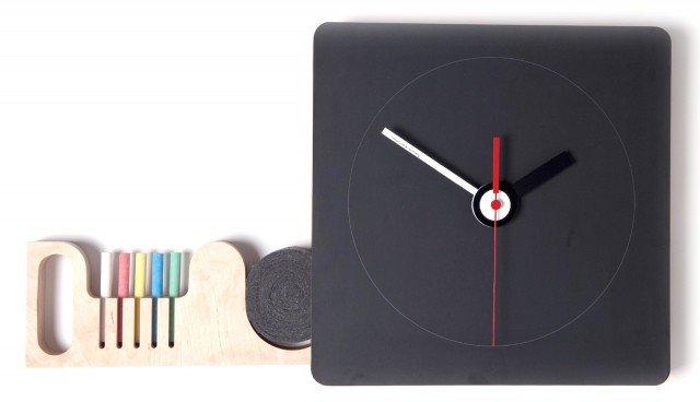 Disponibile in 3 misure, la lavagna-orologio è fornita di un cassettino laterale per riporre i gessetti e il cancellino; misura L 32,5 x P 32,5 x H 4 cm e costa 135 euro Tabla di Diamantini & Domeniconi