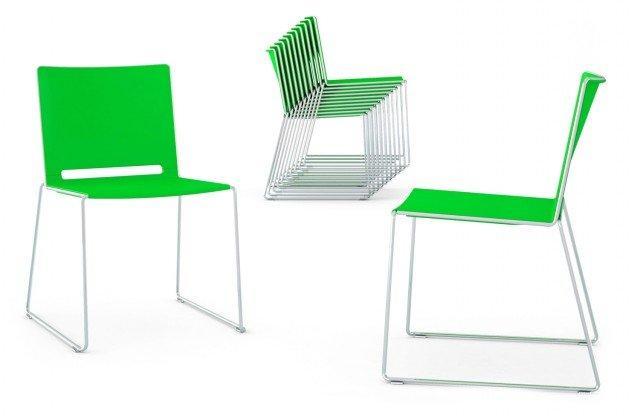 IDEALE IN SOGGIORNO. La coloratissima sedia Filò di Diemmebi è perfetta per la casa. La sua struttura essenziale e leggera con gambe a slitta in tubolare di metallo regge saldamente seduta e schienale in polipropilene stampato ad iniezione. Esiste nella versione sedia (L46xP57xH80) cm o sgabello (L49xP58xH97 o L49xP58xH107 cm, a due altezze) con seduta e schienale nei colori bianco, rosso, verde, nero, blu, sabbia e grigio con struttura in bianco, nero, cromo e argento. Prezzo 80 Euro (versione nell'immagine). www.diemmebi.com
