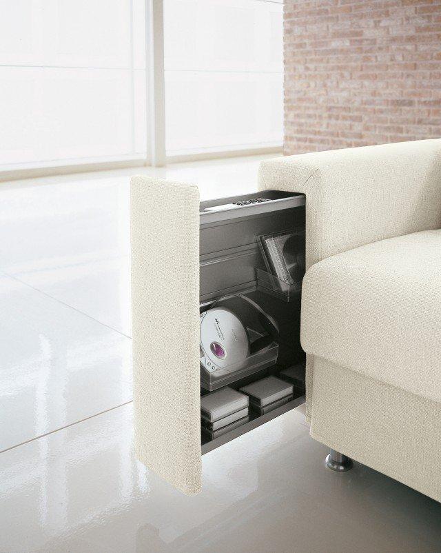 All'interno del bracciolo nasconde un portaoggetti (L 11 x P 70 x H 45 cm) il divano con rivestimento sfoderabile in microfibra di poliestere lavabile a mano che misura L 206 x P 95 x H 87 cm; nella versione base costa 2.075 euro Artù di Doimo Salotti