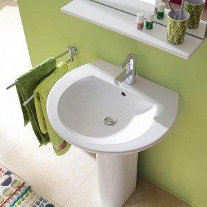Darling New di Duravit, il lavabo a colonna in ceramica che può essere installato anche con semicolonna. Misura L 60 x P 52 cm. Prezzo con la base 335 euro. www.duravit.it