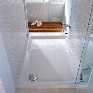 Il piatto doccia Starck di Duravit è da appoggio ed è realizzato in acrilico sanitario. Ha lo scarico di Ø 90 mm. Misura 100 x 80 cm. Prezzo 508 euro. www.duravit.it