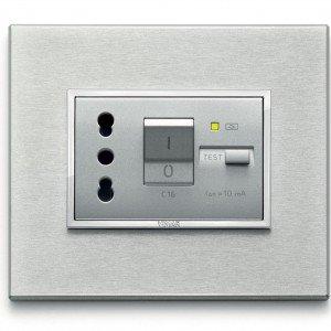 L'interruttore automatico magnetotermico Eikon Evo di Vimar è comprensivo di presa con placca. Protegge i circuiti e i carichi da sovracorrenti e da cortocircuiti. www.vimar.eu