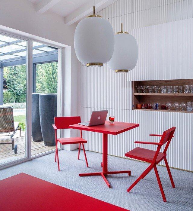 Ideata dal famoso Jean Nouvel, il tavolo Mia di Emu è resistente e pratico adatto sia in interno sia in esterno. Intelligente mix di estetica, funzionalità e tecnologia è pieghevole è, disponibile con piano rotondo o quadrato. Realizzato in tubi d'acciaio verniciati e in metallo zincato, si abbina alle sedie e alle poltrone della stessa collezione. Misura L 75 x P 75 x H 72 cm. Prezzo 340 euro. www.emu.it