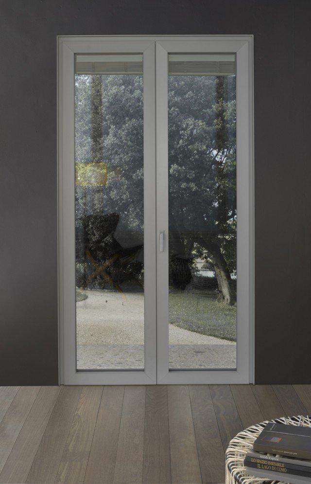 """Shade di Erco é un serramento con interno in pvc, sistema EcoClima 82 evolution, concepito per soddisfare le normative energetiche più avanzate. Caratteristiche tecniche: profilo in classe A secondo norma DIN EN 12608, 7 camere di isolamento con profondità di 82 mm di spessore, 3 guarnizioni di battuta, triplo vetro con distanziatore a """" bordo caldo"""" con miscela di gas nobili di serie, isolamento termico finestra di media 0,9 Uw, ferramenta a totale scomparsa, completa di sistema antieffrazione, telaio realizzabile in molteplici finiture, dal corian al vetro laccato, alle diverse essenze in cuoio. Prezzo su richiesta. www.ercofinestre.it"""
