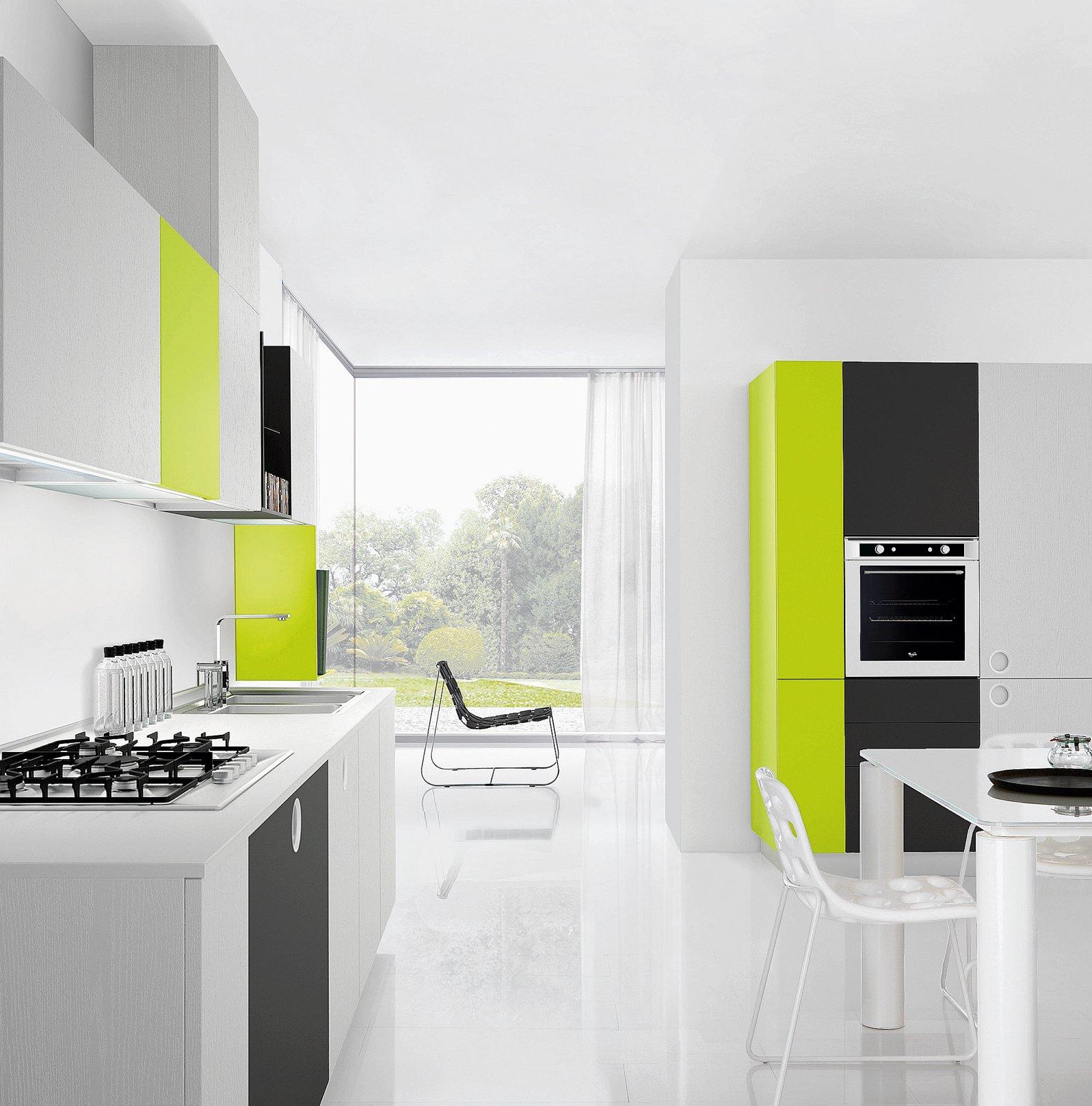 La cucina ONEtouch+ di Euromobil si sviluppa su due pareti, una con ...