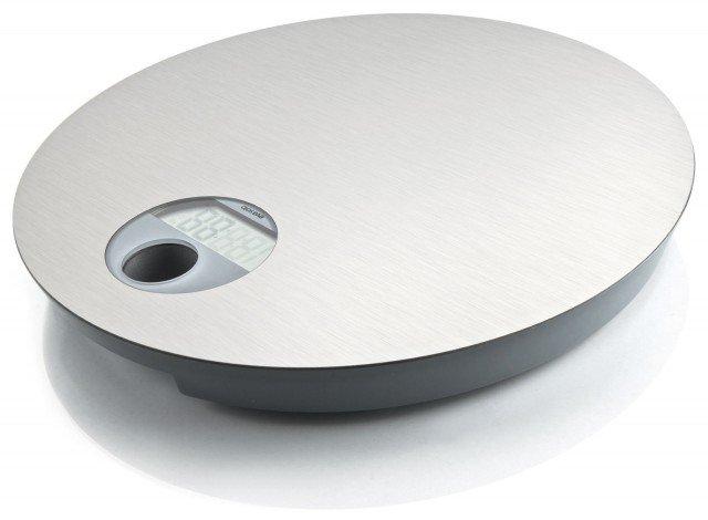 Eva Solo completa la sua gamma per il bagno con nuovi accessori intelligenti, dal design come sempre impeccabile. La modernità dell'acciaio inossidabile si abbina a qualsiasi stile. Quando non è utilizzata, questa bilancia pesapersone elettronica può essere appesa al muro grazie all'elegante supporto da parete in acciaio. Libera così il pavimento e facilita la pulizia. La sua capacità di pesatura è di 150 kg, con intervalli di 100 g. Si spegne automaticamente dopo l'uso. Misura Ø 33,5 x h 3,5 cm. Prezzo 195 euro. www.evasolo.com