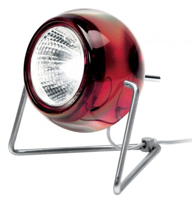 Un minimalismo di grande design, per la lampada Beluga di Fabbian simile ad un piccolo proiettore si compone di una sfera in vetro montata su una struttura in metallo. Il diffusore sferico estremamente funzionale può essere orientato sull'asse verticale per dirigere il flusso luminoso secondo le proprie necessità. È disponibile in una vasta gamma di colori e in una versione con diffusore in metallo cromato. Misura Ø 9 x H 12,5 cm.  Prezzo 127 euro. www.fabbian.it