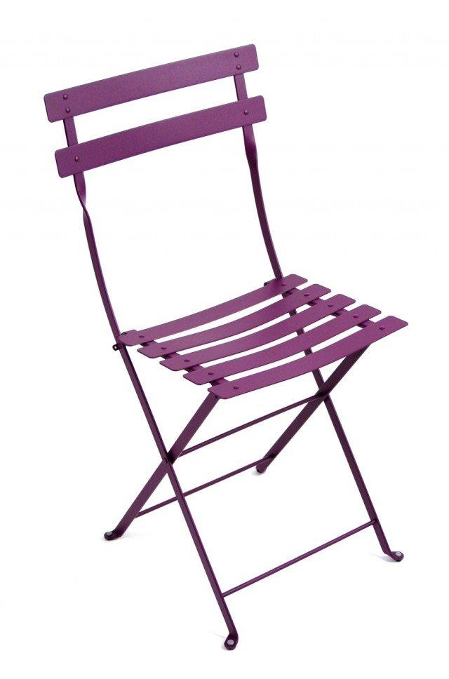 PENSATA PER L'ESTERNO, ADATTA ANCHE ALLA CUCINA. La sedia della collezione Bistro di Fermob ha la struttura in acciaio laccato. Clip in plastica per piegare in modo rallentato e sicuro. Verniciata in polveri anti-UV è disponibile in 23 vivacissimi colori. Misura L35xP35xH65 cm. Prezzo 62,20 Euro. Fa parte della stessa collezione anche il tavolino quadrato (L71xP71xH105 cm). www.fermob.com