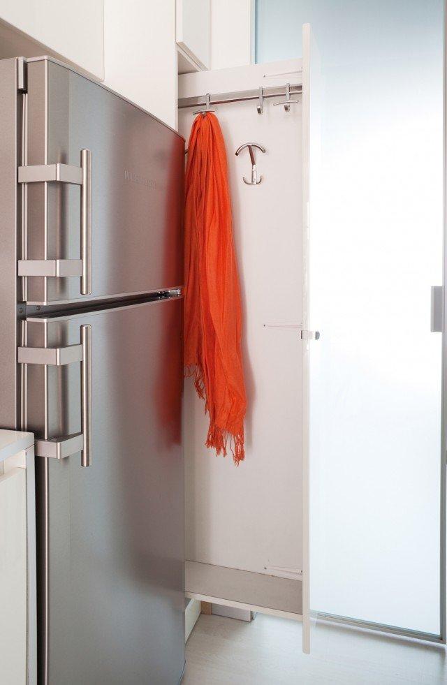 3. Appendiabiti a scorrimento. La composizione della cucina integra, a una delle estremità, un modulo da 30 cm estraibile e a scomparsa totale, attrezzato con ganci e appendiabiti.
