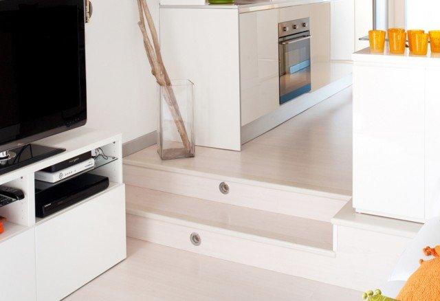1.Pedana illuminata. Il dislivello di circa 15 cm, oltre a individuare due diverse aree, serve anche a contenere gli impianti tecnici della cucina. Nei due gradini sono stati incassati faretti che illuminano il percorso.
