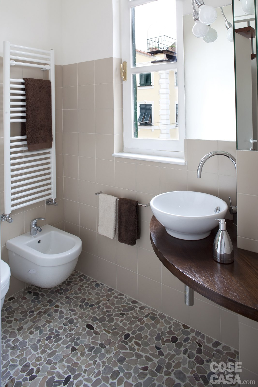 48 mq bilocale su due livelli cose di casa - Mosaicos para banos ...