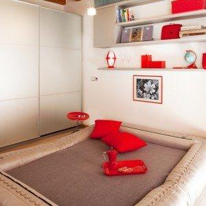 Notte e giorno alternativi. Lo spazio libero al centro dell'ambiente può essere sfruttato, a seconda delle esigenze, per trasformare il divano in letto oppure per aprire il tavolo da pranzo.
