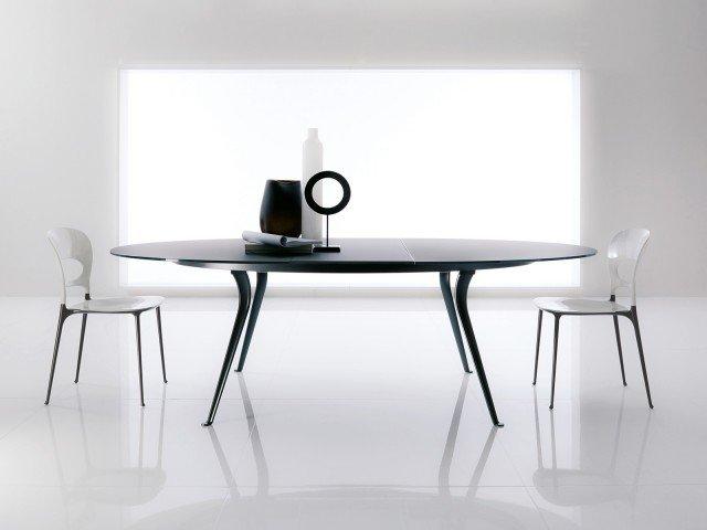 Con struttura in alluminio pressofuso laccato e piano in cristallo serigrafato, il tavolo trasformabile in versione rotonda misura Ø 125 x H 75 cm (L 175 x P 125 x H 75 cm) e costa 2.124,76 euro Galileo di Bontempi