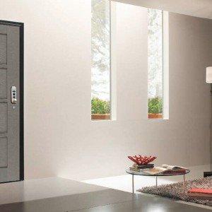 La porta blindata Cavò Futura di Gardesa, dotata di display e chiave elettronica, può essere programmata per l'apertura a orari prefissati; prezzo 4.220 euro. www.gardesa.com