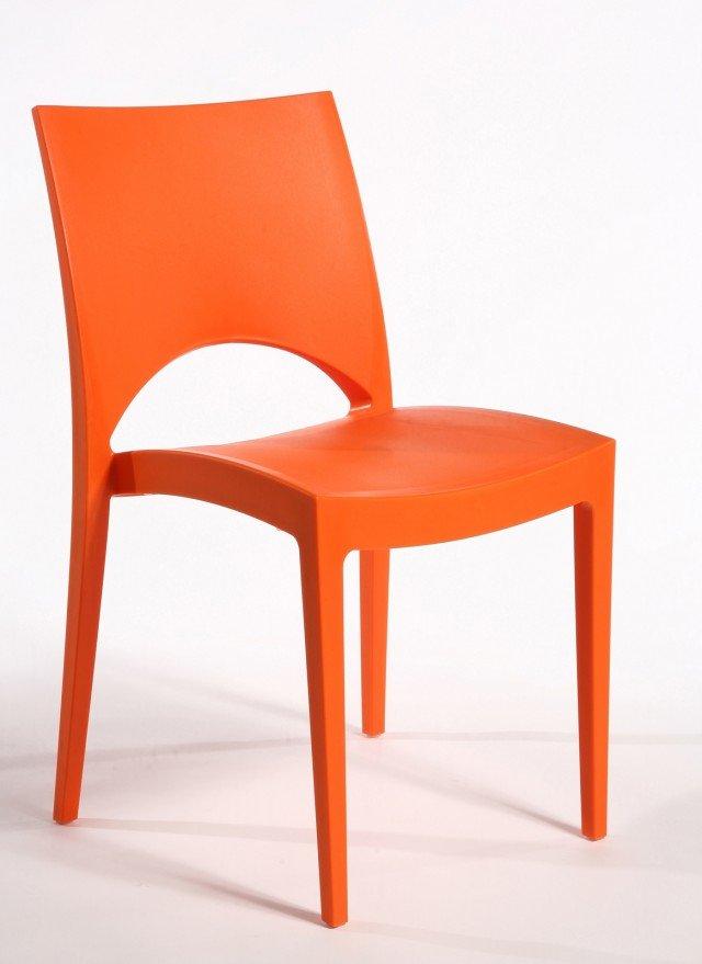 DIVERTENTE IN UN SOGGIORNO GIOVANE MA ANCHE IN CUCINA O ALL'ESTERNO. La sedia impilabile Paris collezione Upon di Grand Soleil è realizzata in polipropilene, un oggetto facile da abbinare a qualsiasi arredo in qualsiasi spazio. Sette i colori disponibili: bianco, avorio, orange, teak, antracite, rosso e verde mela, anche nella versione con braccioli. Misura L49xP51xH80 cm. Prezzo 32 Euro. www.grandsoleilspa.it