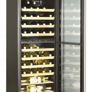 Dotato di due zone di temperatura separate che consentono di conservare insieme vini rossi e bianchi alle rispettive temperature ideali, il frigo-cantina JC 160 GDD di Haier ha 10 ripiani per contenere fino a 50 bottiglie. Misura L 50,6 x P 59,5 x H 128 cm. Prezzo 699 euro. www.haiereurope.com