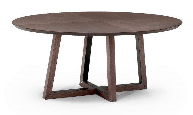 Il tavolo in frassino tinto tabacco ha gambe con laccatura interna; disponibile anche ovale, nella misura Ø 125 x H 74 cm costa 890 euro Harlem di Divani&Divani