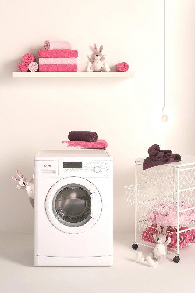 La lavatrice  LEI 1208 di Ignis ha programmi speciali espressamente studiati per i capi bianchi e neri e per non danneggiare i colori. Misura L 59,5 x P 56,5 x H 85 cm. Prezzo 499 euro www.ignis.it