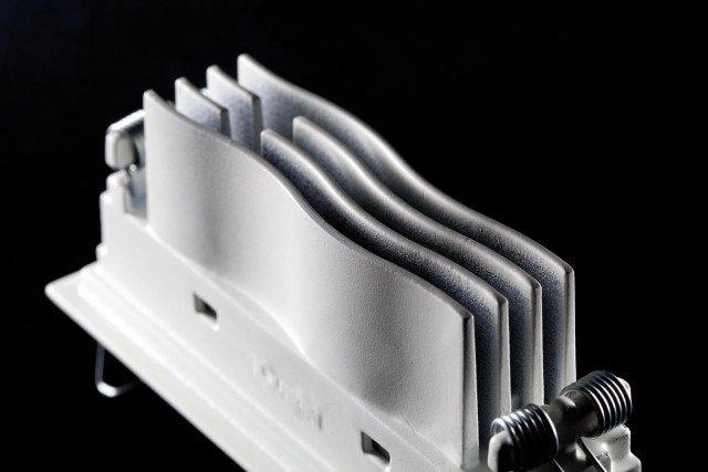 Laser Blade è l'incasso da interni di iGuzzini con cornice (frame) o a filo soffitto (minimal), entrambe con ottica fissa ed emissioni luminose a cono di 25° e di 50°. Misura modello base L 4 X H 4 cm. Prezzo 37 euro. www.iguzzini.com